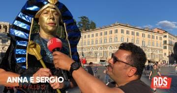 Una penitenza faraonica: Anna Pettinelli a Piazza del Popolo vestita da faraone