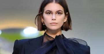Kaia Gerber: incidente sexy mentre sfila per Valentino a Parigi