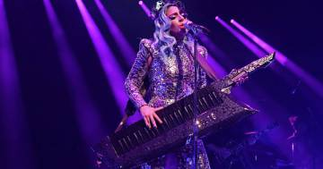 Lady Gaga cade dal palco insieme ad un fan: ecco il video