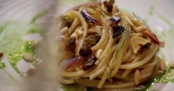 Spaghetti con scampi, taccole, cipollotto - Kitchen Duel - Alessandro Borghese Kitchen Sound