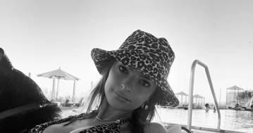 Emily Ratajkowski in un elegante bianco e nero: la foto lascia tutti senza parole