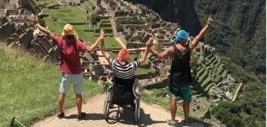 In cima al Machu Picchu in sedia a rotelle: una bellissima storia d'amicizia