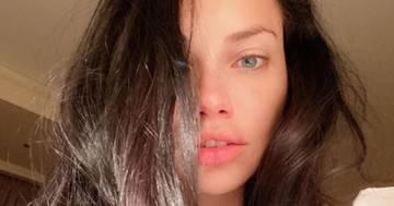 Adriana Lima seducente e provocante su Instagram nell'ultimo post