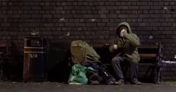 Banksy trasforma Babbo Natale in un clochard: ecco il video della sua ultima provocazione