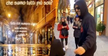 Cesare Cremonini passeggia per Bologna sotto le sue luminarie: il video