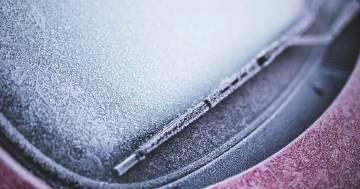 Sbrinare il parabrezza dell'auto in un attimo: il trucco rapido