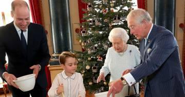 Il principino George prepara il pudding e strappa un sorriso alla Regina