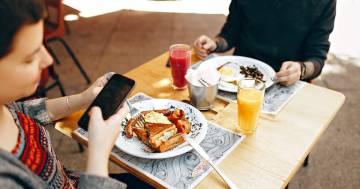 Controllare il cellulare a tavola fa ingrassare: lo dice la scienza