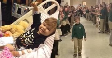 Torna a scuola dopo aver sconfitto la leucemia, l'accoglienza dei suoi compagni è commovente