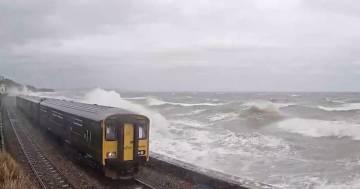 L'onda gigante colpisce il treno che viaggia sulla costa: un video incredibile