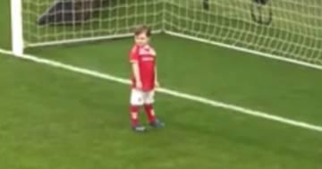 Bimbo di 4 anni ruba la palla prima del calcio d'inizio e fa gol: il video
