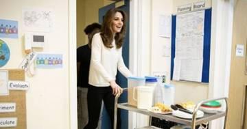 Kate Middleton serve la colazione ai bimbi di un asilo a Londra