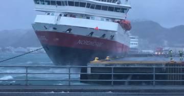 La tempesta spinge la nave contro il molo: il video dell'impatto
