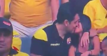 Va con l'amante allo stadio: il tradimento del marito viene ripreso dalla televisione