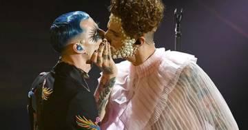 Bacio sul palco tra Achille Lauro e Boss Doms: la moglie del chitarrista mette a tacere le polemiche