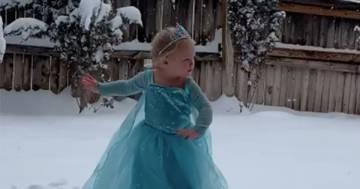 Questa bimba realizza il suo sogno grazie alla neve: interpretare Elsa di Frozen