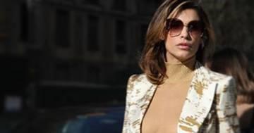 Elisabetta Canalis alla Milano Fashion Week: sotto la giacca nulla