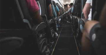 La lite in aereo per il sedile reclinato, il video diventa virale così come la domanda: 'Chi ha ragione?'