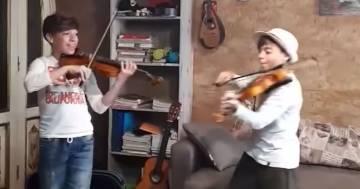 Suonano 'Viva la Vida': due piccoli violinisti incantano i Coldplay