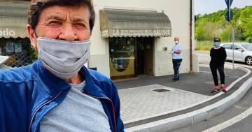 Gianni Morandi: la nuova foto con la mascherina genera altre polemiche, ecco la sua risposta
