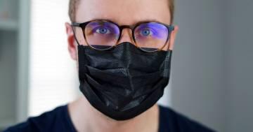 La mascherina viene percepita come un segno di debolezza dagli uomini, lo dice uno studio