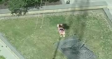 Manovra la gru per dare fastidio all'uomo che prende il sole: il video è esilarante