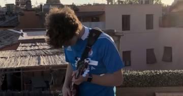 Jacopo Mastrangelo suona dai tetti di Roma Elisa: 'Eppure sentire'