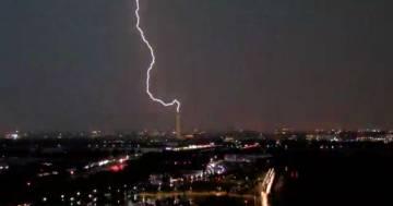 Un fulmine colpisce il monumento di Washington: il video è incredibile