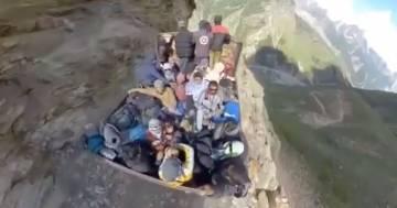 Il tappeto volante sulle montagne dell'Himalaya: l'illusione ottica è incredibile