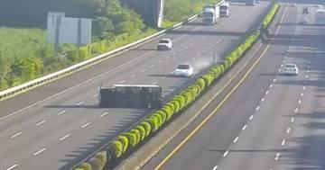 Auto con guida autonoma non riconosce il tir ribaltato in autostrada: l'incidente è da brividi