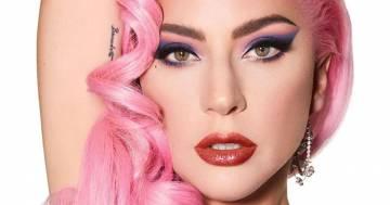 Lady Gaga stupisce ancora con un selfie senza trucco e bikini rosa