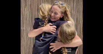 La mamma infermiera torna a casa dopo 9 settimane, la gioia delle figlie è incontenibile
