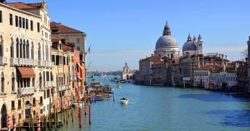 Turisti si tuffano nel Canal Grande a Venezia e vengono multati