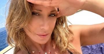 Sabrina Salerno è esplosiva: il bikini nero fa impazzire i fan