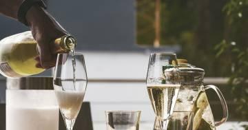 Bere tre coppe di champagne a settimana combatte l'invecchiamento cerebrale