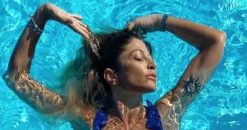 Maddalena Corvaglia: il tuffo in piscina in costume blu conquista tutti