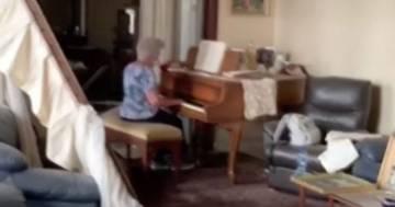 Beirut: il commovente video di una donna che suona il pianoforte nel sua casa distrutta