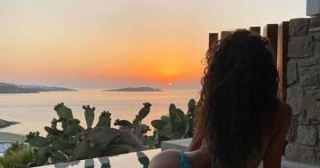 Raffaella Fico si gode il tramonto bordo in piscina: la foto scatena i fan