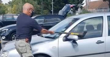 Rompe il finestrino con un'ascia e salva il cane lasciato in auto al sole: il video