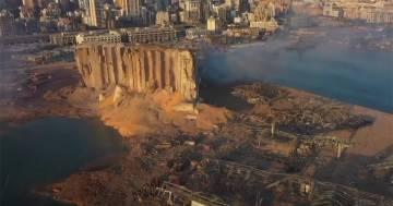 Beirut, il drone sorvola il porto dopo l'esplosione e mostra un cratere di macerie