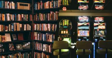 Barista toscano toglie le slot dal bar: al loro posto mette dei libri