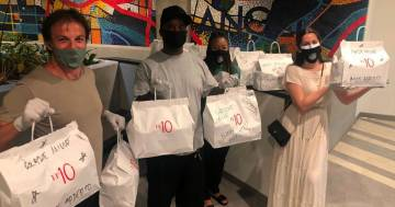 Alessandro Del Piero consegna il cibo del suo ristorante alle persone più bisognose di Los Angeles