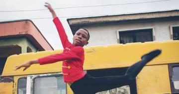 Il bambino nigeriano che si allenava scalzo sotto la pioggia ora ballerà a New York