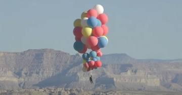 Come il film 'Up': illusionista vola fino a 7.000 metri d'altezza appeso a dei palloncini
