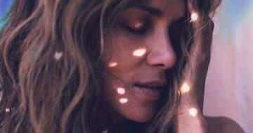 Sguardo intenso e scollatura provocante, Halle Berry incanta i follower