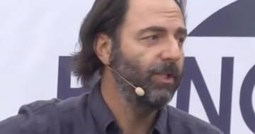 Neri Marcorè canta 'Soldi' di Mahmood imitando Branduardi e Concato: il video è incredibile
