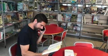 Il bibliotecario di Madrid che legge le storie al telefono agli anziani per alleviare la solitudine