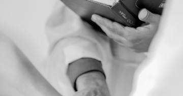 Cosa succede quando il prete è più bello dello sposo? Il video fa il giro del web