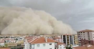 Una gigantesca tempesta di sabbia colpisce la capitale della Turchia: ecco le immagini