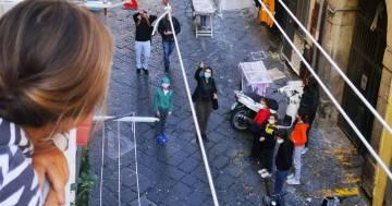 La didattica ai balconi: l'iniziativa di un maestro di Napoli per i suoi allievi rimasti a casa